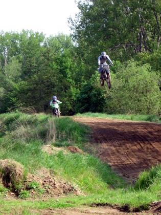 Motocrossfahrer im Anflug