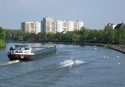 Frachter und Speedboot im Wettrennen