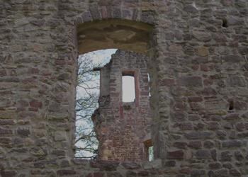 Burgruine im Burgruinenfenster