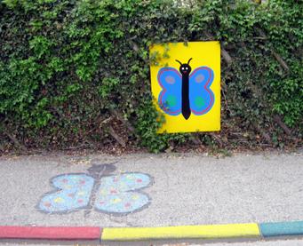 Kindergarten Hecke mit bemalter Straße