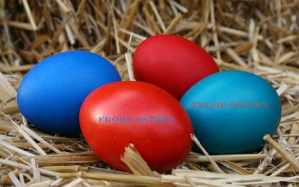 Blaue und rote Ostereier
